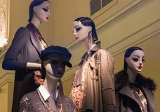 Okno sklep odzieżowy z mannequins w świętym Petersburg, Rosja Piękny projekt, backlight, elegancki Obraz Stock