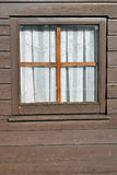 Okno - stary drewniany szalet Obraz Stock