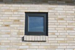 Okno w ściana z cegieł Ściana z cegieł z czarnym okno Zdjęcie Stock