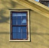 Okno w żółtej stiuk ścianie zdjęcie stock