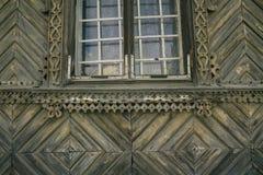 Okno w drewnianym domu obraz stock
