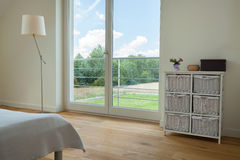 Okno w przestronnej sypialni Obrazy Royalty Free