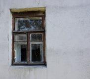 Okno w starej pobrudzonej ścianie z pęknięciami obrazy royalty free