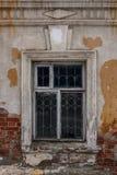 Okno w starym domu, ściana z cegieł z rozdrabnianie tynkiem Fotografia Royalty Free
