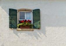 Okno w starym domu dekorował z kwiatem obraz royalty free