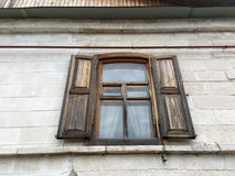 Okno w starym drewnianym domu wiejskim Obraz Royalty Free