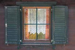 Okno w starym stylu z otwartymi żaluzjami i openwork zasłonami wśrodku obraz stock