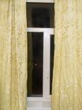 Okno z żółtymi zasłonami Zdjęcia Royalty Free