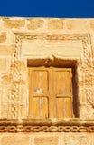Okno z żaluzja średniowiecznym budynkiem fotografia stock