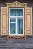 Okno z żaluzja domem wiejskim i kwiatem obrazy stock