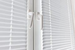 Okno z białym jalousie zdjęcia stock