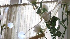 Okno z bia?ymi kwiatami i zas?onami 4K zbiory wideo