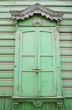 Okno z cyzelowanie architrawami i zamykać żaluzjami Zdjęcia Stock