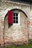 Okno z czerwoną żaluzją Zdjęcie Royalty Free