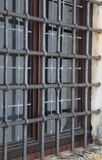 okno z metal siatką obrazy stock