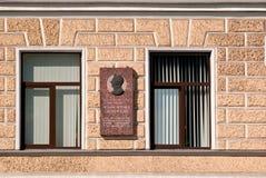 Okno z pamiątkowym talerzem. Obrazy Royalty Free