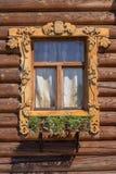 Okno z rzeźbiącymi architrawami Zdjęcie Royalty Free