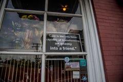 Okno znak przy Czerwoną Kurną restauracją Obrazy Royalty Free