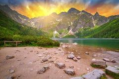 Oko Denny jezioro w Tatrzańskich górach przy zmierzchem Zdjęcia Stock