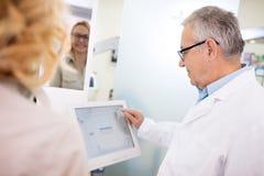 Oko lekarki przedstawienie cierpliwi rezultaty okulistyczny przegląd fotografia stock