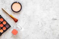 Oko szminek i cieni beż, naga postać kolory na popielatym tło odgórnego widoku copyspace Zdjęcia Royalty Free