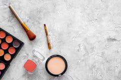 Oko szminek i cieni beż, naga postać kolory na popielatym tło odgórnego widoku copyspace Obrazy Stock