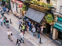 Oko widok Londyński pub, patrony outside obrazy stock