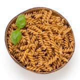 Okokt isolerad vit bakgrund för wholemeal pasta Arkivbild