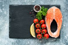 Okokt laxbiff, grönsaker och kryddor för att laga mat på kritiserar royaltyfri foto