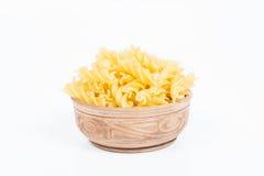 Okokt pasta i en maträtt Arkivfoto