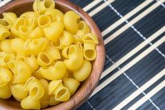 Okokt pasta i träbunke Förberedelse för matlagning royaltyfri bild