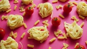 Okokt pasta med nya tomater stock video