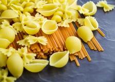 Okokt pasta som är klar att göras in i ett mål royaltyfri foto