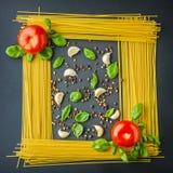 Okokt pasta, tomat kryddor som bildbakgrund Royaltyfri Fotografi