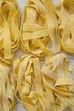 Okokt pastapappardelle på en vit trätabell, bästa sikt Över huvudet plant lägga arkivbilder