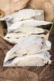 Okokt rimmad torsk på fisknät Royaltyfri Fotografi
