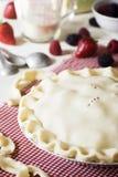 Okokta blandade Berry Pie med ingredienser Fotografering för Bildbyråer