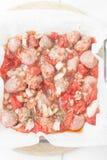Okokta högg av korvar i bakningmaträtt Royaltyfria Bilder