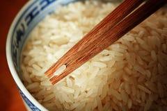 Okokta ris med chhopsticks Arkivfoto