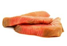 Okokta två, rå tonfiskfiskbiffar som isoleras på en vit bakgrund Arkivfoton