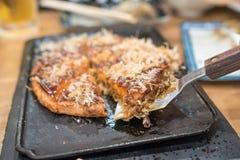 okonomiyaki  ιαπωνικό ύφος τροφίμων tranditional χειροποίητο και περικοπή σε ένα πιάτο σιδήρου έτοιμο να εξυπηρετήσει και να φάει στοκ φωτογραφία με δικαίωμα ελεύθερης χρήσης