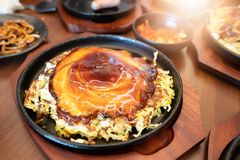 Okonomiyaki στο τηγάνι teppanyaki στο εστιατόριο στοκ εικόνα με δικαίωμα ελεύθερης χρήσης