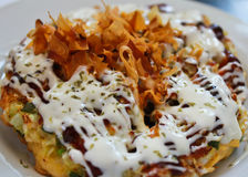 Okonomiyaki in de witte plaat Stock Fotografie