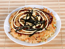 Okonomiyaki giapponese dell'alimento fotografia stock libera da diritti