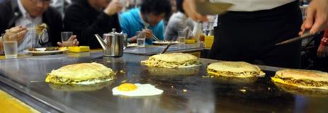 Okonomiyaki, japanische Pfannkuchen in Hiroshima, Japan Lizenzfreies Stockfoto