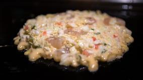 Okonomiyaki Japans voedsel Het koken Monjayaki in restaurant van Japan wordt gebraden dat royalty-vrije stock foto