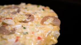 Okonomiyaki Japans voedsel Het koken Monjayaki in restaurant van Japan wordt gebraden dat stock foto