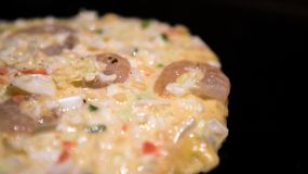 Okonomiyaki japo?czyka jedzenie Gotujący Monjayaki smażącego w restauracji Japonia zdjęcie stock