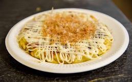 Okonomiyaki nel piatto Immagine Stock