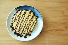 Okonomiyaki sur le plat Photos stock